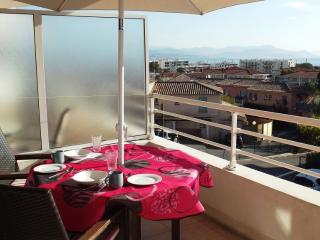 Antibes 1.5 km, secure 2nd floor, sea views, pool, free parking and internet.