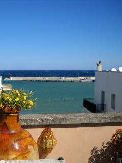 Terrazzo per godersi momenti di pieno relax con una bellissima vista mare.