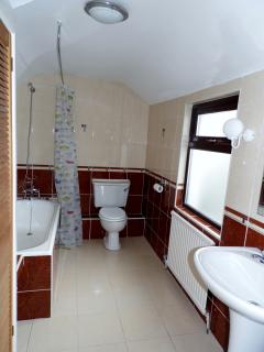 Upstairs main bathroom with towels supplied