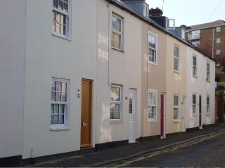 The cottage is in a no-through, quiet cobbled street only one road back from bustling Cowes High St.