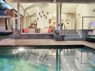 BEST LOCATION 10min walk to beach 2min walk to Jl Seminyak 4BR VILLA BU 10pax