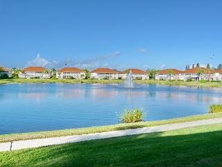 Lakeside condo w/ heated pool, hot tub & short walk to beaches & shopping, Marco Island