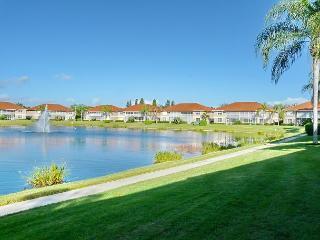 Lakeside condo w/ heated pool, hot tub & short walk to beaches & shopping