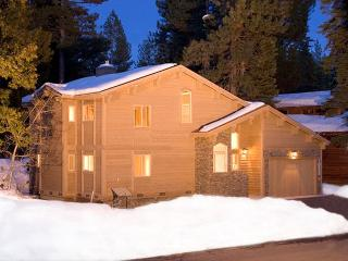 Dollar Point Luxury 4 BR 4 Bath w/ Hot Tub & Fenced Yard. Dogs OK. Sleeps 10+, Tahoe City