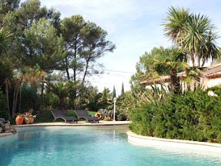 Campagne 33562 luxurious villa with landscaped garden and 2 pools for 8 people.