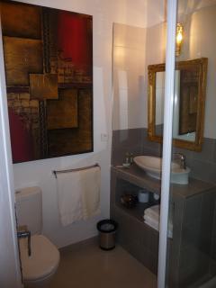salle de douche de la chambre Mougins au 1er étage