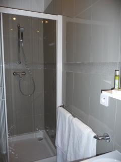 salle de douche de la chambre Antibes au 1er étage