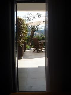 accès sur la terrasse depuis la chambre Grasse au rez de chaussée