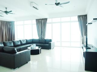 Holiday Residence Deluxe 3bedrooms Suite, George Town