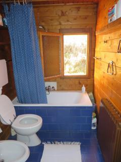 Il bagno con la vasca che fa anche da doccia e la finestra