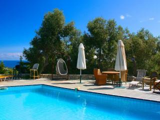 Domaine de Bollana-La maison rose:Maison de charme isolee,piscine et vue mer