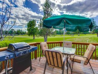Lovely townhome w/ mountain views & private hot tub + shared pool, on-site golf!