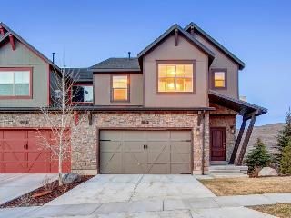 Home w/ fireplace, private hot tub, shared pool, game and fitness facilities, Kamas