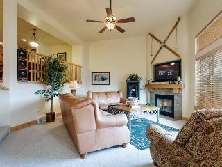 Elegant mountain lodge-style condo w/ hot tub & pool access!