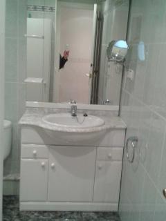 Mueble lavabo, con espejo y espejo augmento.