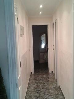 Vista pasillo, acceso a los dormitorios y baño.