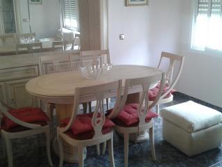 Mesa comedor con seis sillas.