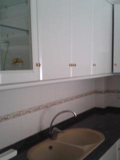Vista fregadera cocina y mobiliario.
