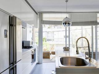 A Full Renovated Apartment Near The Beach, Tel Aviv
