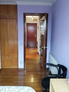 Vista del pasillo distribuidor desde la habitación. Puerta blindada.