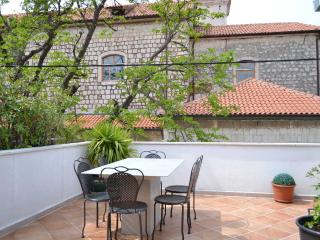 Stone House with Amazing Terrace close to Sea, Kastel Luksic