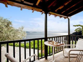 Villa with sea view & private beach, Xiropigado