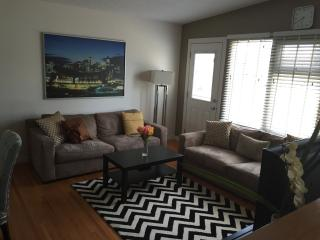 Fabulous 4BR Minutes from Downtown! (Sleeps 8), Calgary