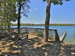 NADEO - Chic Waterfront Retreat, Private Dock and Waterfront Deck, Media Room with Drop Down Screen, Oak Bluffs