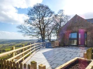 THE BARN, pet-friendly conversion, superb views, en-suites, garden, Elkstones ne