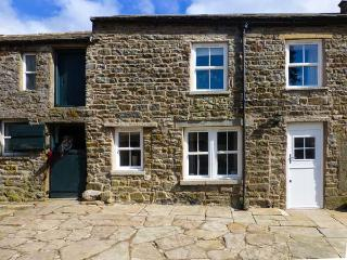 SHEPHERD'S LODGE, stone farmhouse, biomass underfloor heating, multi-fuel stove, super king-size beds, WiFi, near Reeth, Ref 27704