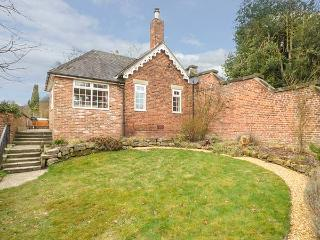 ORCHARD COTTAGE, woodburner, WiFi, hot tub, enclosed garden, in Calwich, Ref 6093, Ellastone