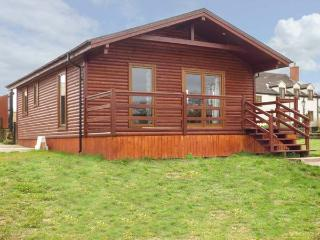 HERON VIEW LODGE, detached lodge, fishing on-site, enclosed garden, WiFi, near