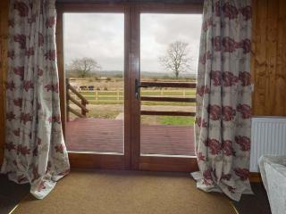 HERON VIEW LODGE, detached lodge, fishing on-site, enclosed garden, WiFi, near Shepton Mallet, Ref 915080