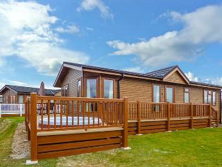 COTTABUNGA TOO (MISTY BAY), hot tub, en-suite, on-site activities, luxury lodge on Tattershall Lakes Country Park, Ref. 916360