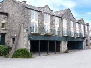9 GARDINER BANK, stylish apartment, king-size bed, balcony, parking, in Kendal