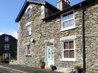 DIZZY DUCK COTTAGE, gas and electric fire, enclosed patio, WiFi, in centre of