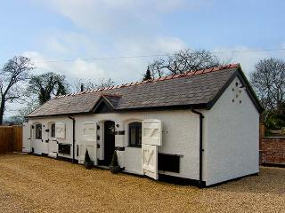 THE OLD PIGGERY, single-storey, woodburner, WiFi, romantic retreat cottage, near Denbigh, Ref 917585