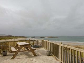 GLASSILLAUN BEACH HOUSE, bedrooms all en-suite, multi-fuel stove, garden, near Tully, Ref 918002