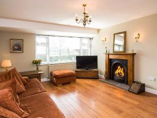 WOODSIDE VIEW, family cottage, en-suite, WiFi, walks from door, countryside views, in Longnor, Ref 920256