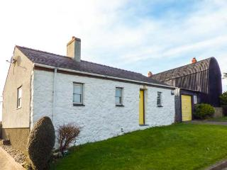 PORTH AWYR, ground floor, open fire, WiFi, pet-friendly, garden with country vie