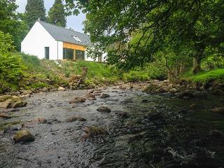 KEEPER'S COTTAGE, detached, 2 en-suite showers, woodburner, near Kinloch Rannoch, Ref 922218