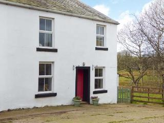 HOLLINS COTTAGE, woodburner, WiFi, FreeSat TV, pet-friendly, on working farm near Ennerdale Bridge, Ref. 922517