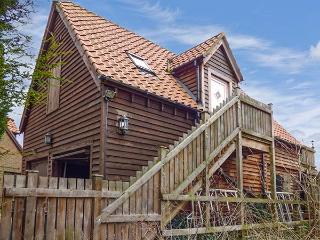 THE HAYLOFT, all first floor, open plan studio accommodation, parking, in King's Lynn, Ref 922572, King's Lynn