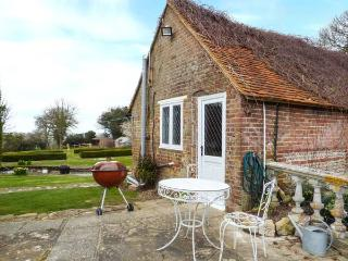 STANDARD HILL COTTAGE, romantic retreat, country and coast, use of pool and tennis court, Ninfield, Ref. 922692