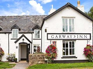 THE GLOBE, first floor apartment, king-size sleigh bed, dog-friendly, walks from the door, in Garway, Ref 922751