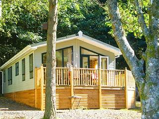 SUNNY CORNER LODGE, all ground floor, en-suite, pets welcome, on holiday park with indoor heated swimming pool, near Troutbeck Bridge, Ref 922832