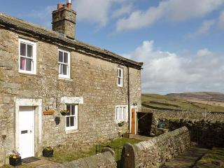 PURSGLOVE COTTAGE, detached family-friendly cottage, WiFi, woodburners, enclosed garden, near Reeth, Ref 922798, Swaledale