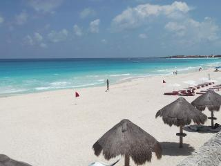 May Special BEACH FRONT Cancun unit, Cancún