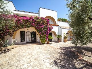 279 Villa in Parco con Piscina, Lequile