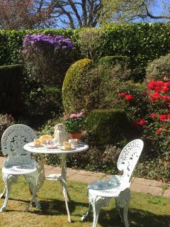 Afternoon tea on the lawn at Kenchington Lodge